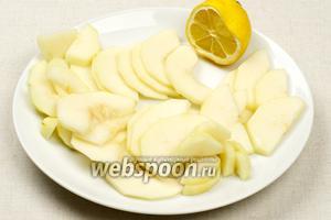 Сбрызнуть порезанные груши лимонным соком, чтобы они не потемнели.