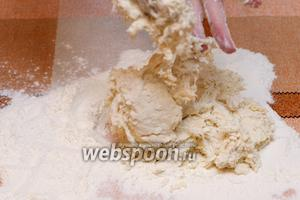 Затем добавляем частями муку, чтобы тесто загустело, и выкладываем для вымешивания.
