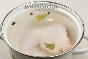 Для бульона берём куриный окорочок (так же можно взять любую другую часть курицы) хорошо его моем, кладём в кастрюлю объемом 2 литра, добавляем 4-5 горошин душистого перца, щепотку соли, лавровый лист, очищенный зубчик чеснока — и всё заливаем холодной водой.  Варим бульон на очень медленном огне 40-50 минут с момента закипания, снимая пену.