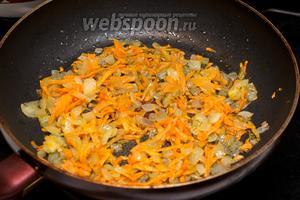 Обжарить овощи на растительном масле до золотистого цвета.