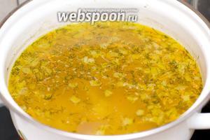 Как только картофель сварится, выложить в суп зажарку, добавить соль и перец по вкусу. Подавать гречневый суп присыпав зеленью.
