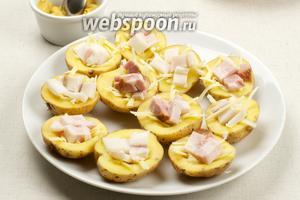 На сыр выложить сало или бекон.