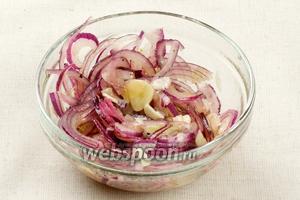 Для приготовления заправки соединить оливковое масло, уксус (лучше взять яблочный или винный), щепотку соли и перца, лук и чеснок.