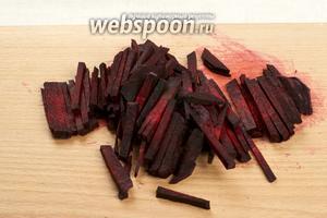 Через 15-20 минут после закипания фасоли добавить свёклу, порезанную соломкой.