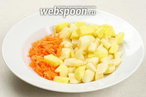 Картофель порезать кубиками, морковь потереть на крупной тёрке.
