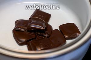 Разломать шоколад и растопить его на водяной бане.