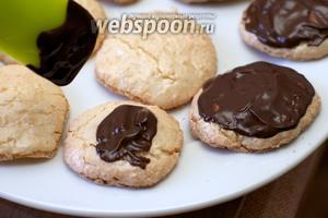 Кисточкой или ложкой смазать печенье растопленным шоколадом.