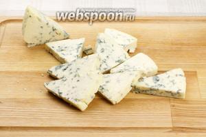 Сыр нарезать плоскими кусочками.