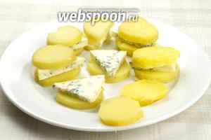 На каждый кружок картошки выложить кусочек сыра и сверху опять накрыть картошкой.