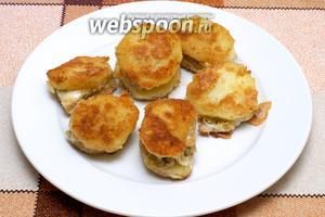 Можно подавать картошку с сыром как тёплой, так и холодной.