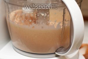 Продолжая взбивать, добавить в миксер сливки и томатную пасту (или протёртый на тёрке 1 помидор).