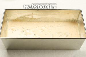 Влить тесто рыбного пудинга и поставить выпекать в разогретую до 180 °С духовку на 35-40 минут.