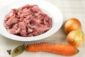 Основные продукты для тушения свинины — репчатый лук, морковь и специи.