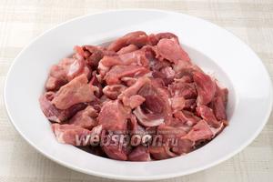 Лопатку или другую часть свинины помыть и порезать на куски, поперёк волокон.