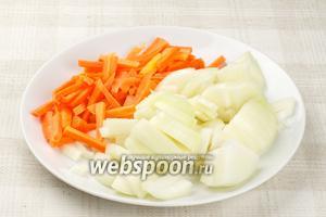 Лук порезать полукольцами, а морковь на бруски.
