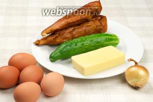 Для приготовления итальянского салата нам понадобятся огурцы, куриная грудка копчёная, яйца, твёрдый сыр, репчатый лук и майонез.