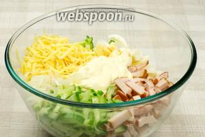 Соединить грудку, яйца, огурец, сыр и лук (уксус от лука не понадобится) и добавить 2-3 столовые ложки майонеза.