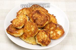 Подавать сырники со сметаной или вареньем.