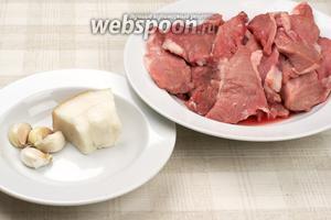 Для приготовления пальчиков возьмём свиную вырезку, сало, чеснок, растительное масло, соль и чёрный молотый перец.