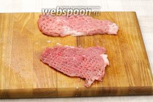 Затем кухонным молотком хорошо отбить мясо с двух сторон.