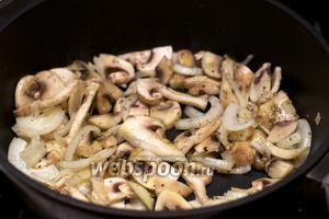 Разогреть в сковороде оливковое масло, обжарить лук, чеснок и грибы 5-7 минут.
