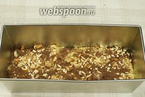 Сверху пирог Зебра присыпать оставшимися орехами и тёртым шоколадом.