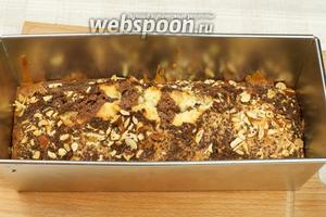 Выпекать пирог Зебра в разогретой до 180 °С духовке 25-35 минут, готовность проверять деревянной шпажкой.