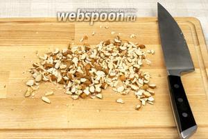 Орехи мелко порубить.