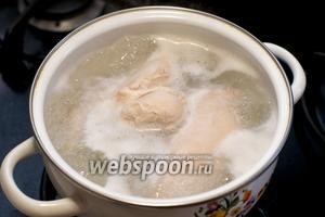 Отварить куриное филе — помыть, залить холодной водой и варить с момента закипания 25-30 минут.