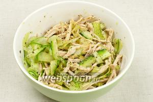 Соединить все ингредиенты  салата из огурцов и курицы и хорошо перемешать. Подавать немедленно.
