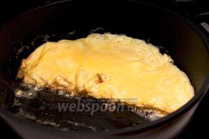 Как только сыр расплавится, омлет готов. Подавать присыпав зеленью.