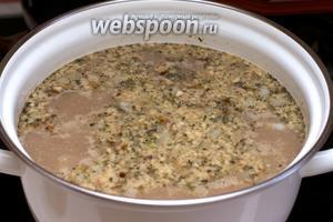 Затем добавить жареный лук, измельчённые грецкие орехи, соус ткемали, 2 ч. л. смеси хмели-сунели, 1 ч. л. красного молотого перца, душистый перец и соль по вкусу — варить 5-7 минут.
