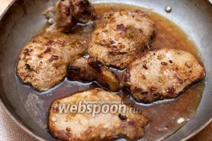 Обжаренное мясо выложить в жароупорную посуду и залить соусом.