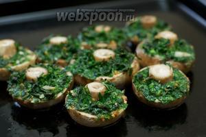Выложить грибы с зеленью на противень и выпекать 4-5 минут в духовке разогретой до 180 °С.
