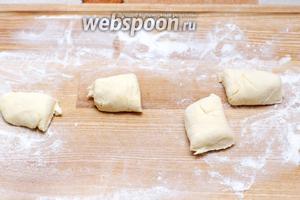 Затем порезать колбаску на небольшие куски и со всех сторон обмакнуть в муку, так же им можно придать форму шариков или лепёшек.