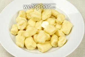Чтобы получить очень вкусные ленивые вареники обязательно добавьте сливочное масло (не жалейте) :)  Подавать ленивые вареники со сметаной или вареньем, тут уже по вкусу на любителя. Приятного аппетита!