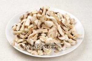 Шампиньоны помыть и порезать.  Если вы используете сухие грибы, то залить их кипятком и оставить на 20-25 минут.