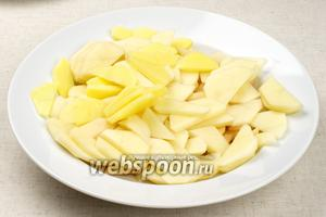Картофель очистить и порезать на ломтики толщиной 5 мм.