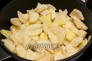 Затем добавить в сковороду картошку и жарить 6-10 минут.