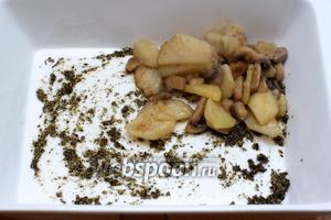 Выложить на него картошку с грибами.