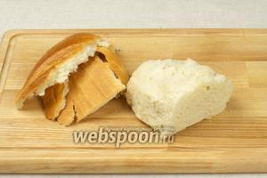 Во-первых приготовим крутоны или гренки — для этого нам понадобится половина батона. С хлеба необходимо срезать корку.