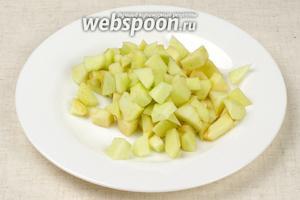 Яблоко помыть, очистить от кожуры и мелко порезать.