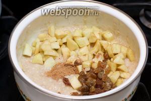 Затем добавить яблоко, 1 чайную ложку корицы, горсть изюма и небольшой кусочек сливочного масла. Всё перемешать и оставить кашу под крышкой на 3-5 минут.