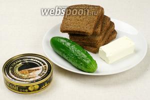 Для бутербродов нам понадобятся шпроты, чёрный хлеб, свежий огурец, сливочное масло и несколько перьев лука.