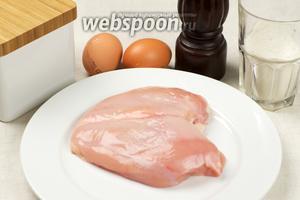 Для приготовления куриных отбивных нам понадобятся куриные яйца, мука (0,5 стакана), растительное масло и специи.