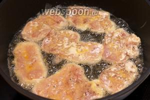 Хорошо разогреть растительное масло (3 ст. л.), каждый кусок обмакнуть сначала в муку, а затем в яйцо и выложить в сковороду.