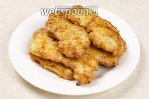 Подавать куриные отбивные хорошо с гарниром из овощей, отлично подойдёт  салат из капусты с болгарским перцем .