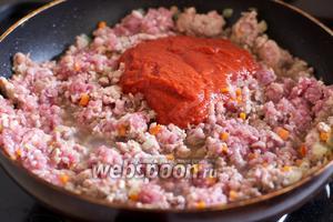 Затем добавить красное вино, томатную пасту, разведённую в половине стакана холодной воды, хорошо посолить и поперчить.