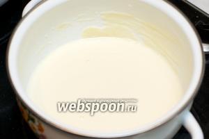 Затем добавьте 1 чайную ложку без горки молотого мускатного ореха и соль по вкусу. Хорошо перемешайте соус бешамель и снимите с огня.