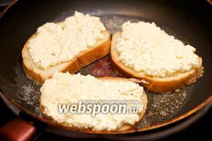 Разогреть в сковороде сливочное масла и выложить бутерброды начинкой вверх, закрыть крышкой и готовить 2-3 минут.